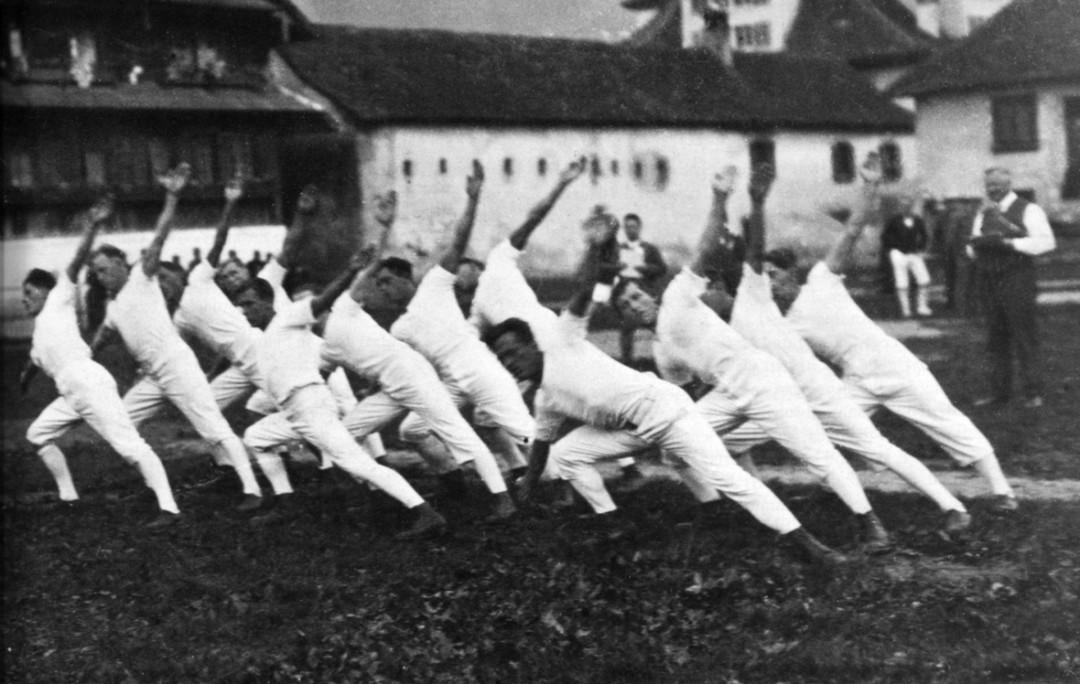 Das erste Turnfest der Sektion! Am Zentralschweizerischen Turnfest in Arth im Jahre 1930 trat der junge Verein erstmals im Sektionswettkampf auf. Mit 12 Mann wurde morgens um 06.00 Uhr in der Abteilung Marsch- und Freiübung gearbeitet. Einsatz und Konzent